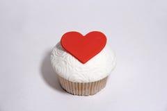 Zoete mastiek cupcake met gehoord op wit Royalty-vrije Stock Foto's