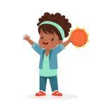 Zoete meisje het spelen tamboerijn, jonge musicus met stuk speelgoed muzikaal instrument, muzikaal onderwijs voor jonge geitjesbe vector illustratie