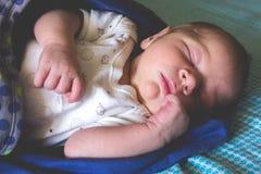 Zoete men jongen van de maand de oude pasgeboren baby slaapt Royalty-vrije Stock Foto