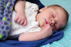 Zoete men jongen van de maand de oude pasgeboren baby slaapt Stock Foto