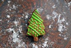 Zoete nieuwe jaarcake in de vorm van Kerstboom op een ceramische plaat Stock Afbeeldingen