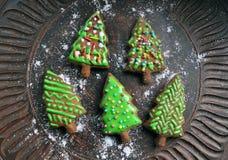Zoete nieuwe jaarcake in de vorm van Kerstboom op een ceramische plaat Stock Afbeelding