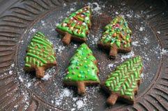Zoete nieuwe jaarcake in de vorm van Kerstboom op een ceramische plaat Royalty-vrije Stock Foto