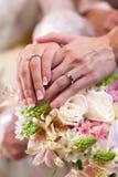 Zoete onlangs wed holdingshanden royalty-vrije stock afbeeldingen
