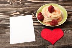 Zoete pannekoeken, aardbei, hart, kaart Royalty-vrije Stock Foto's
