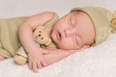 Zoete pasgeboren babyslaap in kostuum en hoed Royalty-vrije Stock Afbeelding