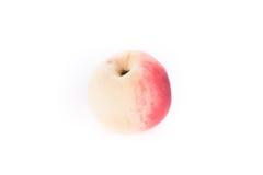 Zoete perzik die op wit wordt geïsoleerdu Royalty-vrije Stock Foto's