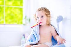 Zoete peutermeisje het borstelen tanden Royalty-vrije Stock Afbeelding