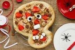 Zoete pizza in de vorm van grappige schedel om jonge geitjes in Hallowee te behandelen Stock Fotografie