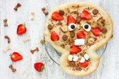 Zoete pizza in de vorm van grappige schedel om jonge geitjes in Hallowee te behandelen Stock Afbeelding
