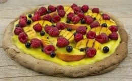Zoete pizza met vruchten op lijst Stock Afbeelding