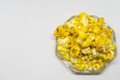 Zoete popcorn op witte achtergrond Stock Foto