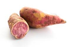 zoete purpere aardappels op wit Royalty-vrije Stock Fotografie