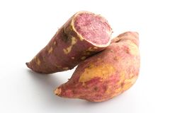 zoete purpere aardappels op wit Stock Afbeelding