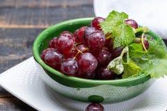 Zoete rijpe druivenbessen in kom klaar dicht omhoog te eten royalty-vrije stock afbeeldingen
