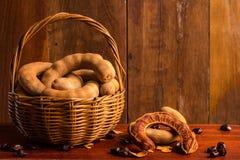 Zoete rijpe tamarindes en zaden in de mand Stock Foto's