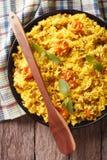 Zoete rijst met saffraan en droge vruchten close-up Verticale bovenkant Royalty-vrije Stock Afbeeldingen