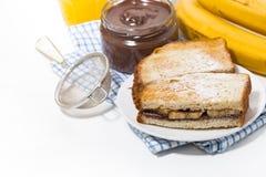 Zoete sandwich met chocoladedeeg en banaan voor ontbijt, verticale hoogste mening royalty-vrije stock foto's
