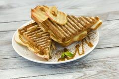 Zoete sandwich met karamel en geroosterde appel Stock Foto
