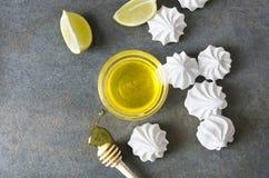 Zoete snack met honing en kalkschuimgebakjes Hoogste mening van smakelijk en smakelijk dessert stock afbeeldingen