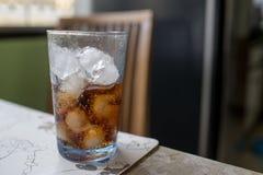 Zoete soda in een glas met ijs Stock Foto