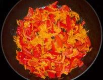 Zoete Spaanse pepers en wortelen die op een oud panclose-up worden gekookt Stock Afbeeldingen