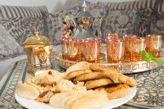 Zoete thee en ramadan koekjes Stock Afbeeldingen