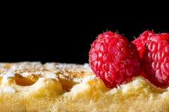 Zoete toost Belgische wafels met macro de textuurachtergrond van het frambozenclose-up Stock Afbeeldingen