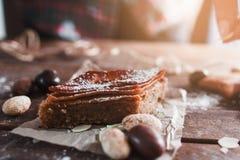Zoete Turkse baklava op houten lijst Stock Foto's