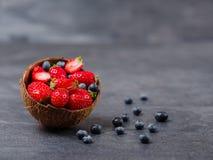 Zoete verse aardbeien en bosbessen in kom op een donkere achtergrond Het concept van het voedsel Royalty-vrije Stock Fotografie
