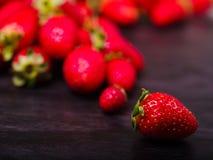 Zoete verse aardbeien op een donkere houten lijst Het concept van het voedsel Stock Foto