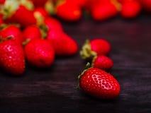 Zoete verse aardbeien op een donkere houten lijst Het concept van het voedsel Royalty-vrije Stock Afbeeldingen