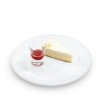 Zoete verse smakelijke kaastaartenplak met rode bessen royalty-vrije stock afbeelding