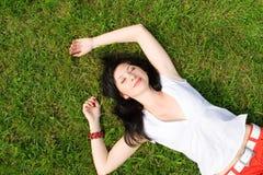 Zoete vrouw op het gras Stock Foto