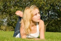 Zoete vrouwenrust op het gras Royalty-vrije Stock Foto's