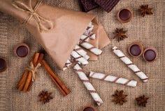 Zoete wafeltjesbroodjes, karamelsuikergoed en chocolade op een jute Stock Afbeelding