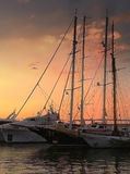 Zoete zonsondergang in jachthaven stock foto