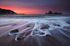 Zoete zonsondergang op Saturraran-strand Stock Fotografie