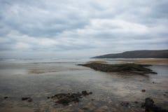 Zoetwater het Westenstrand dichtbij Castlemartin, Pembrokeshire Wales het UK Europa stock afbeelding