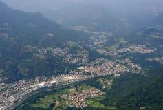 Zogno by i den Brembo dalen, Orobie Arkivfoto