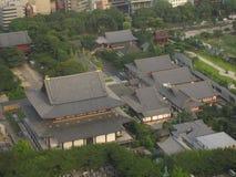 Zojo-ji buddyjska świątynia od above w Tokio centrum miasta zdjęcia royalty free