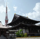 Zojo-Ji Tempel mit Tokyo-Kontrollturm lizenzfreies stockfoto