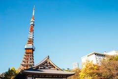 Zojojitempel en de toren van Tokyo bij de herfst in Tokyo, Japan royalty-vrije stock fotografie