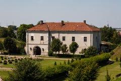 Zolcohiv Ukraina - Juli 23 2009: Härlig slottslott och dekorativ trädgård i den Lviv regionen i Europa Zolochiv slott i Ukrai Royaltyfria Foton