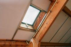 Zolder, dak vóór bouw met venster en houten stralen stock foto's