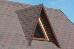 Zolder driehoekig venster op het dak royalty-vrije stock afbeeldingen