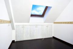 Zolder ruimte met het venster van het dakdakraam stock foto's