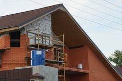 Zolder van een onvolledig huis van grijze en bruine bakstenen stock foto
