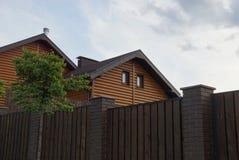 Zolder van een privé houten bruin huis met vensters stock foto