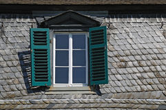 Zolder venster stock afbeelding